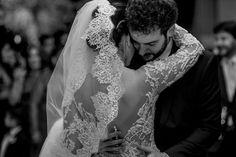 Ainda no clima do dia dos namorados ❤️ click de um momento mais que romântico feito pela @grazicaliman da noiva @babimartinsaguilera. Vestido de renda chantilly bordado com pérolas #instalove #wedding #vestidodenoiva #handmade #weddingdress #feitoamao #meuvestidosolainepiccoli #solainepiccoli