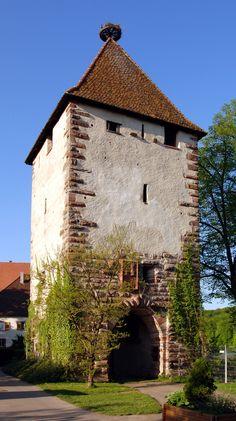 Lado sul da Torre Stork do castelo Beuggen, localizado em Rheinfelden, estado de Baden-Württemberg, Alemanha. O castelo foi construído a partir de 1268, pela Ordem dos Cavaleiros Teutônicos, às margens do rio Reno. Durante 560 anos foi utilizado pela Ordem. Ao longo do tempo passou por reformas e ampliação. Já serviu como hospital militar, lar para crianças, e hoje é utilizado por uma Igreja Evangélica em Baden para reuniões, além de local para realização de eventos. Fotografia: Wladyslaw.