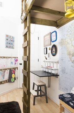Superbes: le bureau tout simple avec ses pots à crayons (sans doute initialement prévus pour la cuisine), le panneau d'affichage des dessins, la lampe jaune...