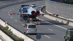 Ein beschädigter Eurofighter der Bundeswehr wird per Autobahn-Schwertransport zu einer Airbus-Werkstatt im bayerischen Manching gebracht (Archivfoto, Mai 2015)