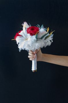 Il Bouquet è un elemento essenziale del bridal look, la sua estetica rispecchia infatti lo stile dalla sposa e del matrimonio. Uno dei più in voga negli scorsi anni è stato il Bouquet Posy. #wedding #bride #bouquet #weddingideas #weddinginspiration Dandelion, Flowers, Plants, Dandelions, Plant, Taraxacum Officinale, Royal Icing Flowers, Flower, Florals