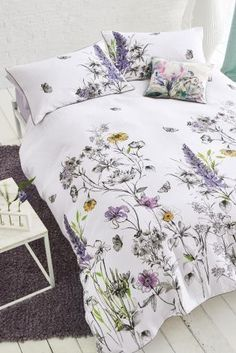 Spring/summer calls for all things FLORAL, bedding included! Brighten up your space for the warm weather ahead with our printed floral waffle bed set.