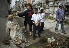 Another picture that just really puts me off. In Guatemala, when a family member fails to pay the cemetery fees of a relative that has been buried there, the bodies get exhumed, and left propped up. Can't we just leave the dead to rest in peace? Weird World, Look At You, Weird Facts, Macabre, Cemetery, True Stories, Scary, Crime, Death