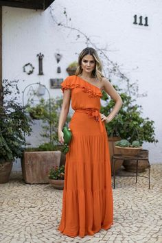 Awesome long orange dress and green bag Beautiful Prom Dresses, Cute Dresses, Party Dresses, Long Casual Dresses, Maxi Dresses, Floral Dresses, Dress Prom, Dress Long, Elegant Dresses