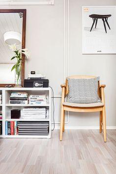 Makuuhuoneen sivupöytänä on lähes kaksi metriä Ikeasta hankittua hyllykköä…