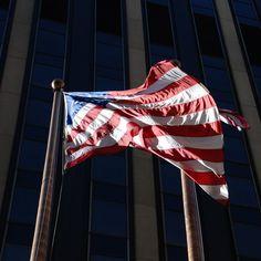 Wie viele Sterne hat die US Flagge?  50 50 Sterne  - für jeden Staat eine. Die vorherige Version der Flagge - 49 Sterne - war gültig bis 1960, als Hawaii mit den USA verbunden wurde