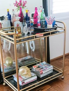 Bar Cart Ideas - There are some cool bar cart ideas which can be used to create a bar cart that suits your space. Having a bar cart offers lots of benefits. This bar cart can be used to turn your empty living room corner into the life of the party. Bar Ikea, Ikea Bar Cart, Canto Bar, Bar Deco, Glamour Decor, Gold Bar Cart, Bar Cart Styling, Bachelorette Pad, Decoration Inspiration