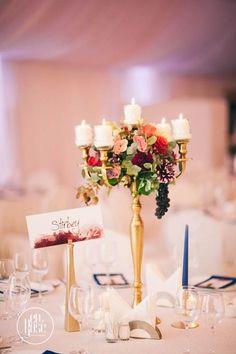 Aranjament floral de masa sfesnic auriu Am creat un design elegant pentru decorul de masa, folosind ca suport un sfesnic auriu prevazut cu 5 lumanari