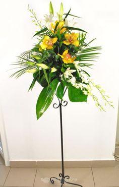 Aranjament de masa disponibil pe 123flori.ro Glass Vase, Plants, Home Decor, Floral Arrangements, Decoration Home, Room Decor, Plant, Home Interior Design, Planets