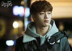 2016《Cheese in the Trap》Baek In Ho in System Homme jacket |面店打工, 发现 洪雪为了躲他, 在 7-11吃 杯面。