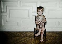 En prenant délibérément le contre-pied des portraits classiques (le traditionnel enfant posant avec son ourson en peluche, ou la femme parée de son plus beau sourire), il pose la question du rapport au corps et de l'individualité.