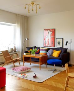 Välkommen till familjen Ohlins funkisdröm by Erik Karlsson and Lillemor Olsson Beautiful Interiors, Floor Chair, Mid Century, Homes, Flooring, Architecture, Places, Furniture, Design