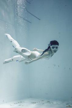 А японцы испытывают робо-ноги для более быстрого перемещения под водой фото, прикол, Робот, ноги, девушки, япония