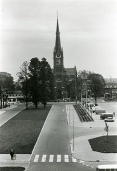 De Huis te Riviereweg (op de voorgrond richting kerk en v.v.) gezien vanaf de stomp van de Oostmolen aan de Broersvest. Op de achtergrond de Singelkerk aan de Singel. De Huis te Rivierweg ligt op het gebied van de voormalige algemene en de joodse begraafplaats. Recht het Emma plein als parkeerplaats