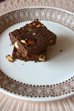 Brownie au Cacao Cru #vegan #gf. 5 dl noix 2 dl dattes 2,5 dl poudre de cacao cru 0,5 dl pépites de cacao cru 1 dl noisettes ou amandes pincée de gros sel