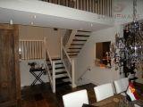 Zwart smeedijzer hekwerk bij een trap in de woonkamer. Tevens hetzelfde hekwerk op de vide. -Black wrought iron banisters-