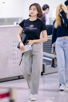 K Fashion, Kpop Fashion Outfits, Fashion Idol, Fashion Looks, Korean Outfits, Asian Fashion, Casual Outfits, Korean Street Fashion, Blackpink Airport Fashion