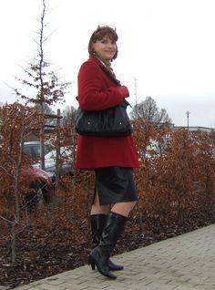 https://flic.kr/p/PGRbpJ | Coat and purse | Me on a nice walk near Erfurt, my hometown. I wear my pencil leather skirt and a nice winter coat from my wife as well as my new bright red leather gloves.  Bei einem Spaziergang nahe Erfurt. Ich trage meinen engen Lederrock, einen Wintermantel meiner Frau sowie meine neuen roten Lederhandschuhe.