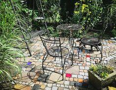 Die in vielen Farben erhältlichen Keramiksteine für Beläge und Mauern sind eine unserer Spezialitäten.
