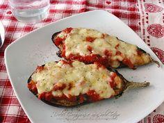 Le Melanzane ripiene pomodoro e mozzarella al forno sono una pietanza gustosa e saporita, un piatto vegetariano, o un piatto unico, con pochissimi grassi