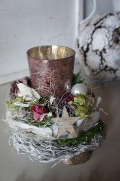 Ein Glaswindlicht in Bauernsilber - Rose...getrocknete Rosen, Hortensien, Silberfarbende und helle Kugeln läuten die Weihnachtszeit stimmungsvoll ein....ein Holzstern und Dekobänder umschmeicheln...