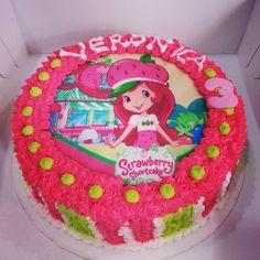 Torta de Vainilla rellena de Arequipe y personalizada con diseño de Fresita para un cumpleaños espectacular. Llámanos al (1) 625 1684 y haz tus pedidos. - #SoSweet #pastryshop #pasteleríaartesanal #reposteríaartesanal #strawberryshortcake #cakes #pastry #artcake Tortas en Bogotá www.SoSweet.com.co