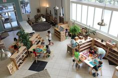 I love the way they used the space and the plants Montessori Classroom Layout, Preschool Classroom Layout, Preschool Rooms, Reggio Classroom, Montessori Preschool, New Classroom, Classroom Design, Classroom Decor, Montessori Trays