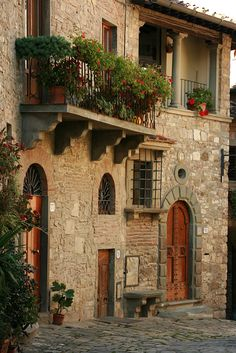 In this small Tuscan town, flowers were in every window and balcony.  Of course, everything looks better with a stone background!