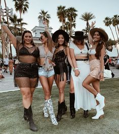 49 Flawless Womens Coachella Festival Outfit Ideas To Try Asap - Since it kicked off in the Coachella Festival has become known as much for its fashions as it has for the live music. Even fashion-forward headl. Coachella Festival, Music Festival Outfits, Music Festival Fashion, Rave Festival, Festival Looks, Festival Style, Festival Mode, Hippie Outfits, Rave Outfits