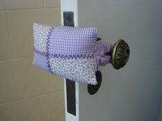 Perfeito para decoração e muito útil para evitar barulho da porta!! Pode ser preso à maçaneta ou colocado no chão....escolha o seu!!        ...