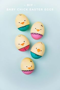 Make these DIY baby chick Easter eggs this year, your kids will not be disappointed! So easy to make and so dang adorable! Easter eggs DIY BABY CHICK EASTER EGGS - Tell Love and Party Funny Easter Eggs, Cool Easter Eggs, Easter Egg Dye, Easter Egg Crafts, Coloring Easter Eggs, Egg Coloring, Easter Party, Easter Decor, Easter Centerpiece