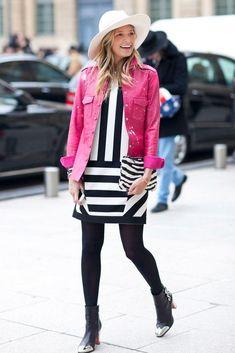 Street Style - Helena Bordon com vestido listrado P&B e jaqueta de couro rosa