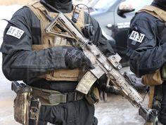 Podstawową bronią operatorów JW GROM obecnych na prezentacji był subkarabinek HK416D10RS, jednak każdy z nich skonfigurowany był zgodnie z preferencjami użytkownika. Wspólnym wyposażeniem był tylko laserowy wskaźnik/podświetlacz celu Laser Devices DBAL-A2 (AN/PEQ-15A). Różniły się one zastosowanymi kolbami (standardowa kolba H&K lub Magpul MOE), celownikami (EOTech XPS, Elcan SpecterDR 1,5-6x lub Elcan SpecterDR 1-4x), czy chwytami przednimi (m.in. Magpul AFG).|Fot. Andrzej Krugler