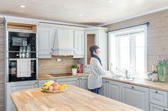 Ingenting er som å nyte utsikten mens du tar oppvasken på hytta! Kitchen Cabinets, Interior, Table, Furniture, Home Decor, Decoration Home, Indoor, Room Decor, Cabinets