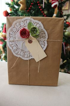 Paper Doily Crafts, Diy Paper Bag, Paper Doilies, Paper Gifts, Christmas Bags, Christmas Gift Wrapping, Homemade Gift Bags, Decorated Gift Bags, Gift Wraping