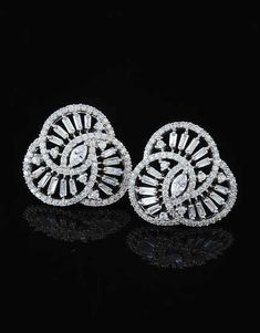 This season Anuradha Art Jewellery Presents Wonderful Collection of Diamond Earrings. Diamond Earrings Indian, Diamond Earing, Diamond Hoop Earrings, Emerald Earrings, Diamond Jewelry, Ear Jewelry, Jewelry Art, Jewelry Watches, Jewellery