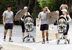 Caminha com Arthur no carrinho e seus pais a segui-lo Filho de Elis e neto.