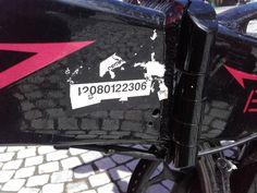 Wij krijgen vaak de vraag of een label even goed is als een gravering. Vorige week kwam een burger ons zijn fiets tonen. Men had geprobeerd om het label te verwijderen maar was nog niet verder geraakt dan het verwijderen van onze bovensticker. Dit op zich is al een groot werk. En het nummer is nog steeds zeer goed leesbaar, een bewijs dat onze labels werken.