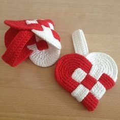 Hæklet julehjerte! Knitting Paterns, Crochet Patterns Amigurumi, Christmas Hearts, Diy Christmas Ornaments, Love Crochet, Diy Crochet, Knitted Heart, Crochet Baby Booties, Scandinavian Christmas