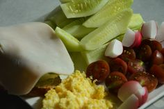 Jajecznica na parze z kanapką z polędwicą z indyka i warzywami - śniadanie cukrzyca ciążowa! Dairy, Eggs, Cheese, Breakfast, Food, Morning Coffee, Essen, Egg, Meals