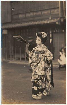 yajifun: Young girl playing battledore and shuttlecock 羽根突き 年代不詳(1900~1906年頃?)