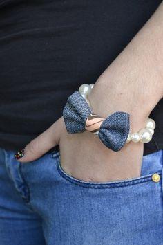 pulsera de perlas con toque moderno lazo de jeans por Limbhad, €8.00