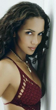 """Halle Berry when she turned 40 - cover of Esquire """"I still have the magazine"""" Beautiful Black Women, Beautiful Eyes, Hot Black Women, Black Girl Prom Hairstyles, Long Hairstyle, Elegant Hairstyles, Formal Hairstyles, Weave Hairstyles, Hally Berry"""