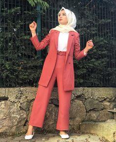 Genç Tesettür Iranian Women Fashion, Muslim Fashion, Modesty Fashion, Fashion Outfits, Classy Winter Outfits, Street Hijab Fashion, Hijab Fashion Inspiration, Hijab Outfit, Modest Outfits