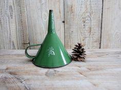 Ancien entonnoir vert métallique, Vintage grand entonnoir, entonnoir métal émail vert depuis 1955, entonnoir militaire, Farm House Country Decor