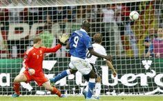 Solo due i precedenti tra Italia-Germania agli Europei, ma la storia non cambia Italia - Germania, sfida che ha segnato l'intera storia del calcio e che ha visto sorridere sempre gli azzurri. Sono addirittura cinque le volte in cui le due nazionali si sono affrontate ai Mondiali #calcio #italia #germania #euro2016 #europei