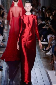 Celebrities who wear, use, or own Valentino Haute Couture Fall 2012 Red Silk Dress. Also discover the movies, TV shows, and events associated with Valentino Haute Couture Fall 2012 Red Silk Dress. Runway Fashion, Fashion Show, Womens Fashion, Fashion Glamour, Ladies Fashion, Daily Fashion, Street Fashion, Christmas Fashion, Autumn Fashion