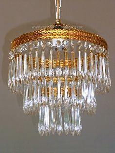 Nádherný klasický křišťálový lustr s třemi obručemi se skleněným ověsem.