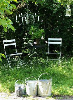 #Jardin #Sauvage #Arrosoir #Zinc #Chandelier #Lanterne #Deco #Aurey