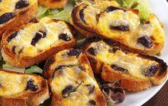 Le Bruschette con olive e mozzarella sono un gustoso antipasto dal tipico gusto mediterraneo. La mozzarella filante e, la sapidità delle olive nere, sono il connubio perfetto per le prossime serate estive da trascorrere in compagnia.